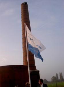 Het gerestaureerde gedeelte van de schoorsteen met op 35 meter hoog een Slechtvalk-kast.
